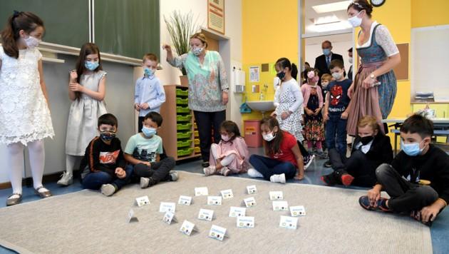 Erstklassler beim Schulstart in Wien am 7. September. Seit dem Schulbeginn gab es an Wiener Schulen 70 Corona-Fälle. (Bild: APA/ROLAND SCHLAGER)