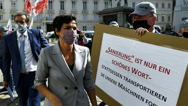SPÖ-Chefin Pamela Rendi Wagner nahm vor der Sondersitzung an einer Protestaktion von Beschäftigten des Antriebstechnik-Erzeugers ATB teil. (Bild: APA/ROBERT JAEGER)