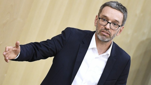 FPÖ-Klubobmann Herbert Kickl äußerte im Rahmen der Parlamentssondersitzung seine Hoffnung, dass am Ende der Kanzler selbst seine Arbeit verliert. (Bild: APA/ROBERT JAEGER)