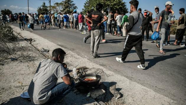 Viele der obdachlos gewordene Migranten wollen nicht in neu errichtete provisorische Lager und harren unter freiem Himmel aus. (Bild: APA/AFP/LOUISA GOULIAMAKI)