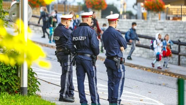 Mehrere Beamte beaufsichtigten den Schulbeginn der NMS in Radstadt im Pongau. (Bild: Gerhard Schiel)