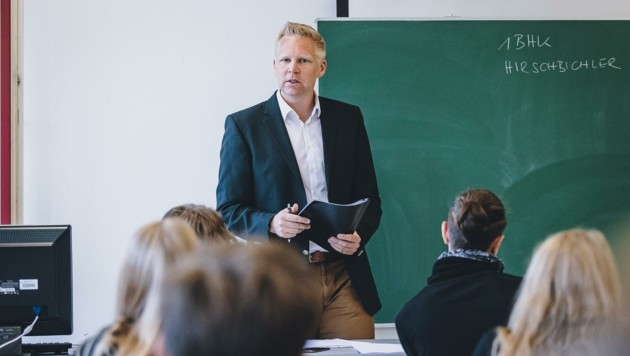 Klassenvorstand Bernd Hirschbichler begrüßte seine Schüler (Bild: EXPA/ JFK)