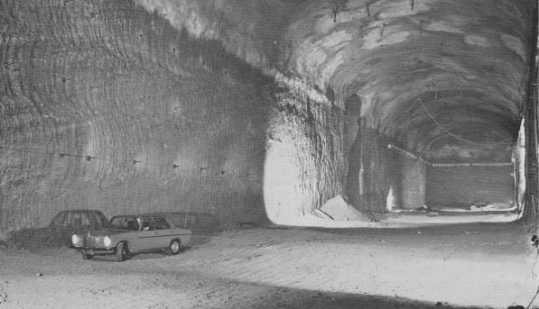 Ein Auto in den Kavernen im Mönchsberg in den 1970er-Jahren. Die Garage kostete 300 Millionen Schilling, also etwa 22 Millionen €. (Bild: Parkgaragen Mönchsberg/Otto M. V)