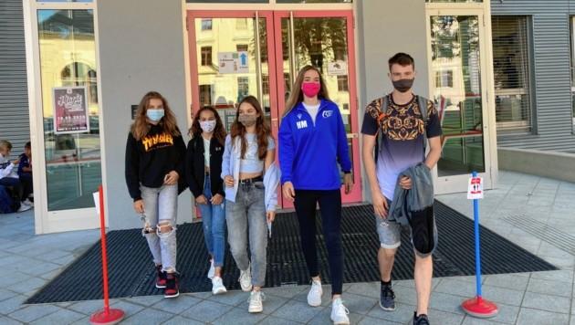 """Im Lerchenfeld-Gymnasium trugen alle Schüler Masken, viele hatten zum Start bunteste Modelle mit. """"Es ist eine Schutzmaßnahme, vielleicht hält die Maskenpflicht auch das ganze Jahr an"""", so Marcel Feil (rechts) aus der 8. Klasse."""