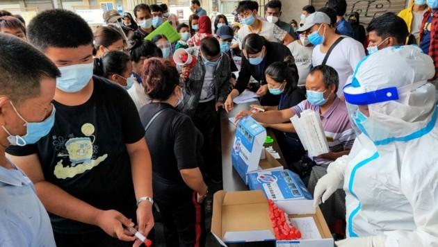 Massentests der Bevölkerung in Ruili (Bild: AFP)