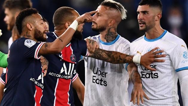 Neymar (li.) und Alvaro Gonzelez (re.) (Bild: APA/AFP/FRANCK FIFE)