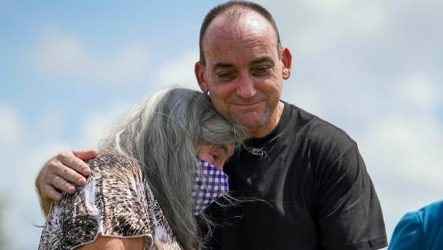 Robert DuBoise umarmt seine Mutter nach seiner Freilassung. (Bild: Tampa Bay Times)