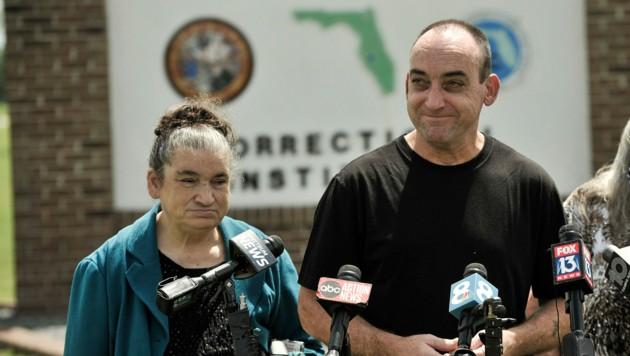Auch Harriet, die Schwester von DuBoise, begrüßte den Ex-Häftling in Freiheit. (Bild: AP)