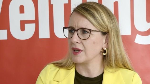 """Ministerin Schramböck zu Besuch bei der """"Tiroler Krone""""."""