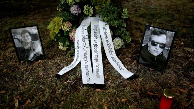 Blumen für die Todesopfer des Anschlags von Halle vor dem Landgericht Magdeburg, wo seit Juli der Prozess gegen den rechtsextremistischen Täter läuft. (Bild: APA/AFP/Ronny Hartmann)