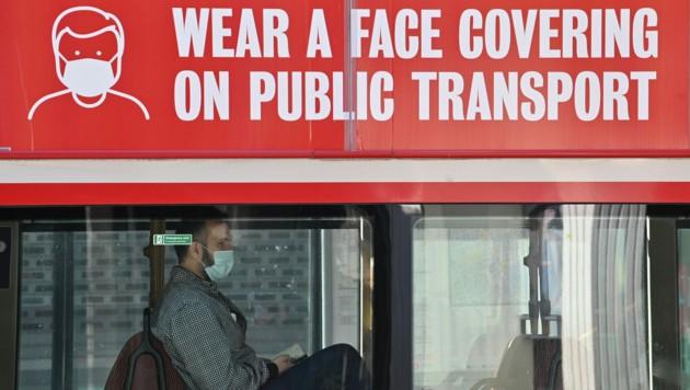 Solche OP-Masken gelten als zugelassen, Schlangenhaut nicht. (Bild: APA/AFP/JUSTIN TALLIS)