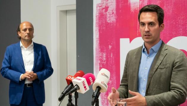 NEOS-Wien-Spitzenkandidat Christoph Wiederkehr (im Vordergrund) und Gesundheitssprecher Stefan Gara bei der Pressekonferenz zum Corona-Management der Stadtregierung (Bild: NEOS Wien)