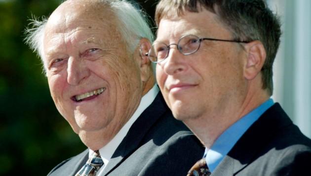 William H. Gates senior neben seinem Sohn Bill Gates während der Einweihung der William H. Gates Hall