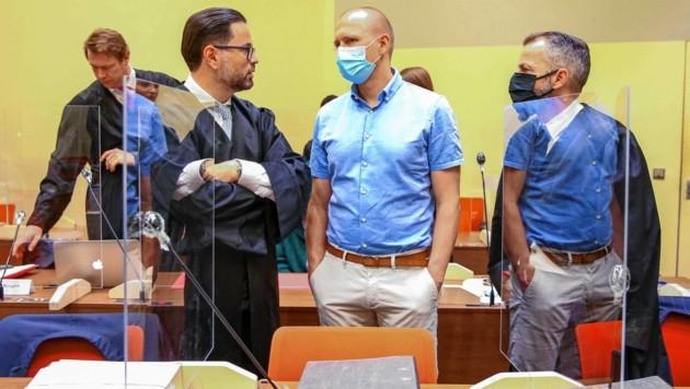 Rechtsanwalt Juri Goldstein, der angeklagte Arzt Mark S. und Rechtsanwalt Alexander Dann (Bild: People Picture/Willi Schneider)