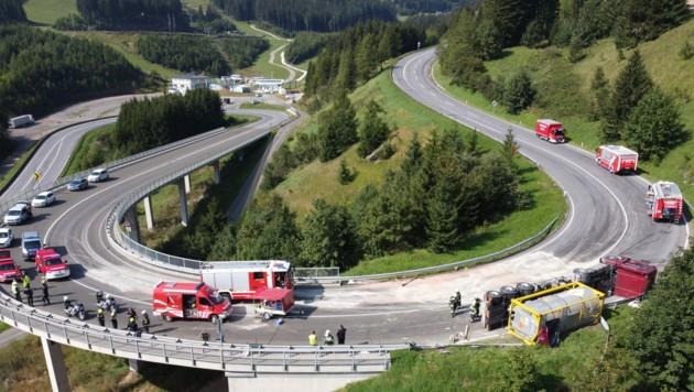Durch den umgekippten Gefahrenguttransporter aus Kroatien war die Eisenbundesstraße acht Stunden lang gesperrt. (Bild: Roland Theny, Filmteam Austria)