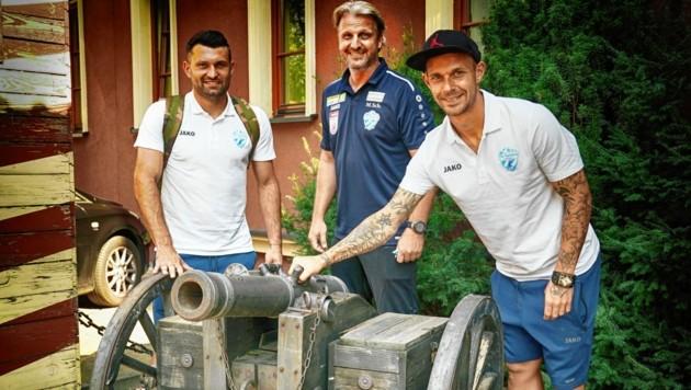 Hartberg-Trainer Schopp und die Spieler Tadic und Rep (Mi.) zeigen sich für Piast gerüstet. (Bild: Sepp Pail)