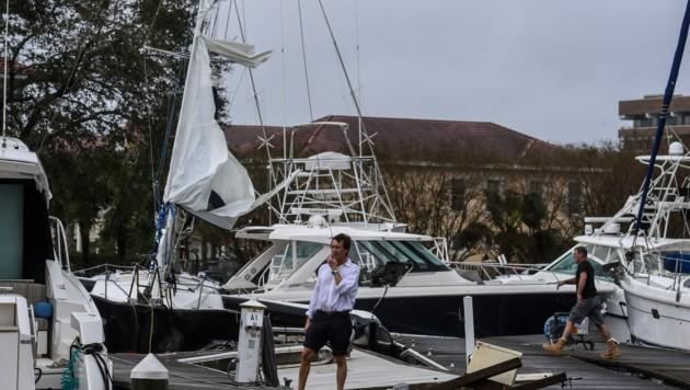 """Auch in der Marina von Pensacola richtetet """"Sally"""" großen Schaden an. (Bild: AFP)"""