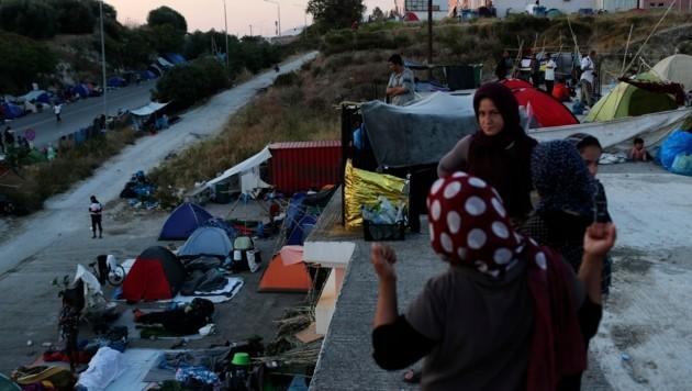 Seit dem Brand müssen die Migranten ohne Unterkunft und angemessene sanitäre Einrichtungen auskommen. (Bild: AP)