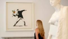 """2015 wurde das Werk """"Flower Thrower"""" in der Lazinc Gallery in London ausgestellt. (Bild: AFP)"""