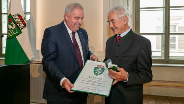 Der neue Ehrenring-Träger Josef Riegler (re.) mit LH Hermann Schützenhöfer. (Bild: Fotoatelier Robert Frankl)