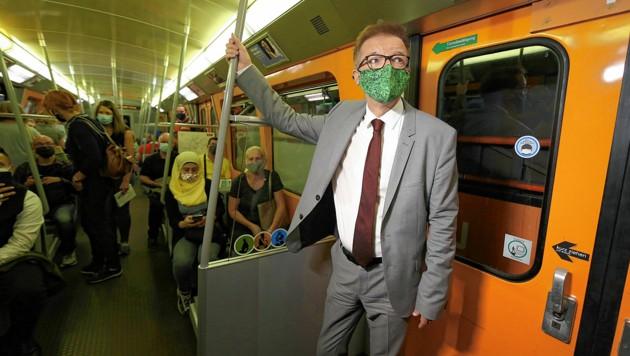 """Masken-Minister"" Rudi Anschober in der U-Bahn (Bild: Gerhard Bartel)"