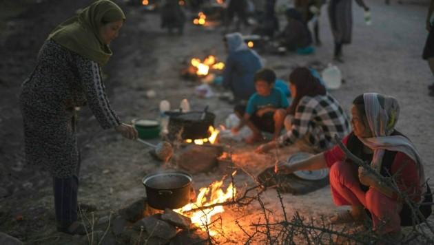 Familien sollen zuerst umgesiedelt werden - doch viele haben Angst, im neuen Zeltlager eingesperrt zu werden. (Bild: AP)