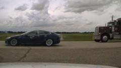 Als die Polizei das Blaulicht einschaltete, beschleunigte der Tesla sogar noch. (Bild: RCMP Alberta)