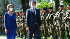 Kanzler Sebastian Kurz wurde in der Schweiz von Bundespräsidentin Simonetta Sommaruga empfangen. (Bild: AP)