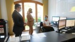 LH Günther Platter und Verteidigungsministerin Klaudia Tanner im Gespräch mit einer Landesbediensteten, die im Corona-Zentrum mitwirkt. (Bild: Land Tirol/Berger)