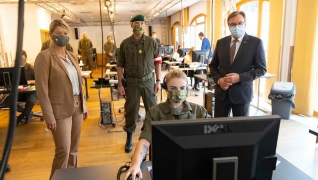 BMin Klaudia Tanner, Militärkommandant Ingo Gstrein und LH Günther Platter konnten den Soldatinnen und Soldaten bei der Arbeit über die Schulter schauen. (Bild: Land Tirol/Berger)