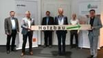 """Bürgermeister Willi (4. v. li.) mit Holzbau-Experten: """"Den ökologischen Baustoff forcieren!"""" (Bild: LIEBL Daniel)"""