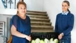 Herr H. (re.) mit Anita Scherzer, Leiterin des Caritas-Hauses St. Josef für wohnungslose Menschen: Neben Konservendosen freut man sich auch über frische Lebensmittel. (Bild: STEFANIE J.STEINDL)