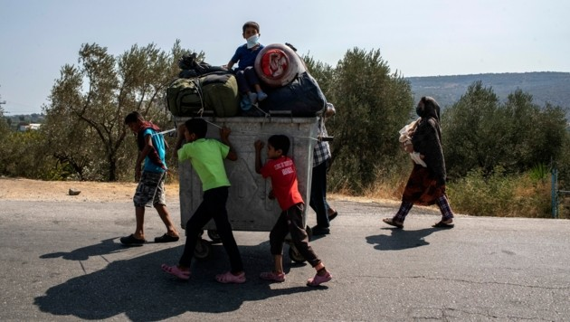 Bisher sind 9000 Flüchtlinge in das provisorische Zeltlager auf der Insel Lesbos gezogen. Alle wurden auch auf das Coronavirus getestet. (Bild: AP)