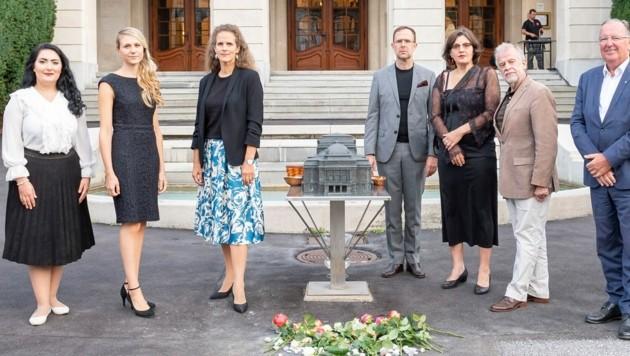 Das Opern-Team mit den Stolpersteinen (Bild: Foto Fischer)