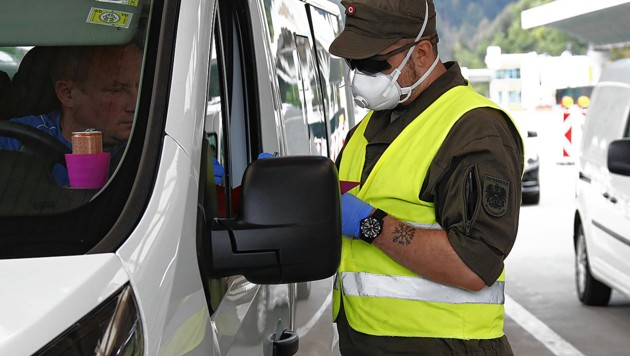 Kontrollen an der Grenze (Bild: APA/GERD EGGENBERGER)