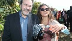 """Maria Elizabeth Bogosian, stv. Botschafterin aus Uruguay, mit ihrem Mann: """"Bin beeindruckt! Der burgenländische Wein erinnert an unser Nationalgetränk Tannat."""" (Bild: Judt Reinhard)"""