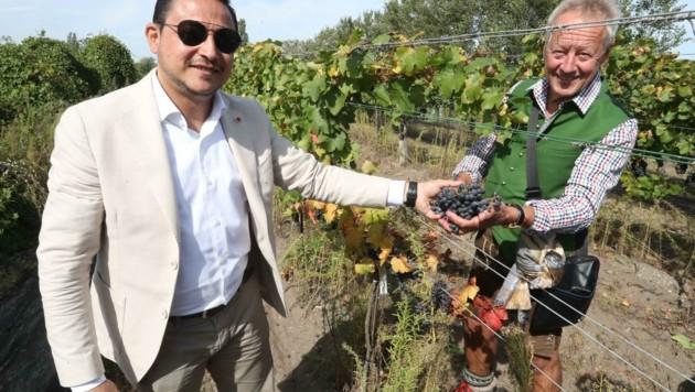 """Haytham Shoja'Aadin, Botschafter aus dem Jemen (li.): """"In meinem Heimatland gibt es zwar Tafeltrauben, aber keinen Wein. Unser Besuch im Burgenland freut mich sehr."""" (Bild: Judt Reinhard)"""