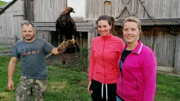 Falkner Thomas Löscher mit Annika und Viktoria Schachner, die den Greifvogel bändigten. (Bild: Familie Schachner)