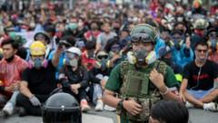 Die Demonstranten waren teilweise auch gegen Tränengaseinsatz der Polizei ausgerüstet. (Bild: AP)