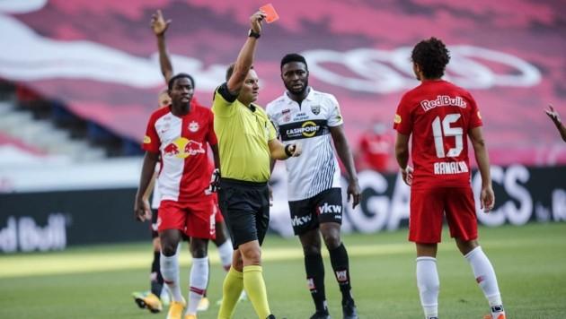 Schiri Schüttengruber zeigte Andre Ramalho schon in der sechsten Minute die Rote Karte. (Bild: GEPA pictures/ Jasmin Walter)