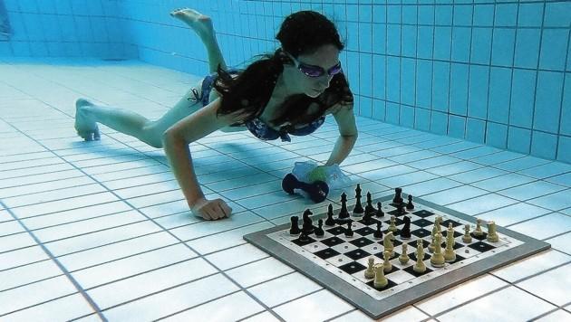 Ordentlich Luft brauchten gestern die 13 Teilnehmer beim allerersten Tauchschach-Turnier in der Grazer Unionhalle. (Bild: ÖBSV)