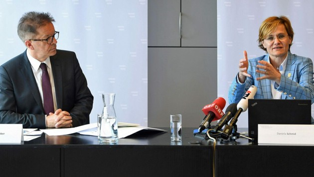 AGES-Expertin Daniela Schmid und Gesundheitsminister Anschober (Bild: APA/HELMUT FOHRINGER)
