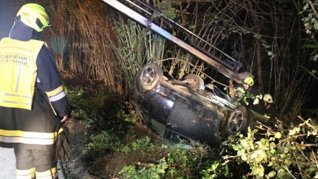 Zu einem Unfall nach einem Wildwechsel rückte die Feuerwehr von St Jakob im Rosental aus (Bild: Martin Sticker FF St. Jakob im Rosental)