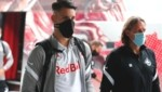 Salzburg-Jungstar Dominik Szoboszlai (li.) kurz vor dem Abflug nach Israel (Bild: GEPA )