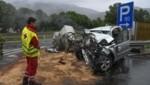 Vom Toyota blieb nur noch ein völlig zertrümmertes Wrack. (Bild: Zeitungsfoto.at)