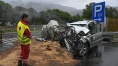 Vom Toyota blieb nur mehr ein völlig zertrümmertes Wrack. (Bild: Zeitungsfoto.at)