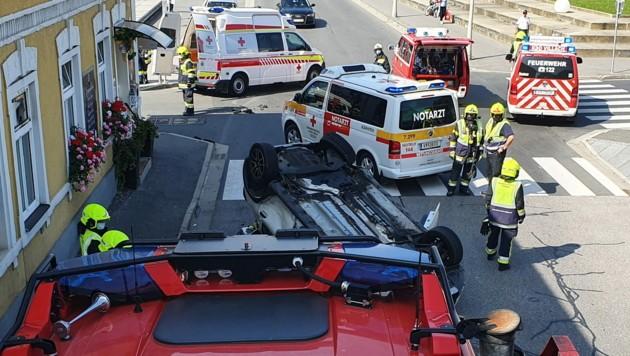 In der Villacher Innenstadt hat sich bei einem Unfall ein Auto überschlagen (Bild: Hauptfeuerwache Villach)