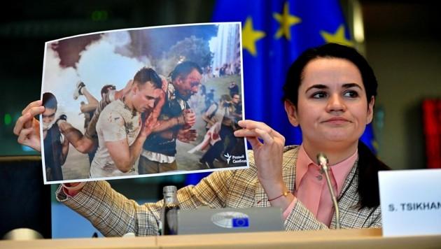 Swetlana Tichanowskaja hatte in Brüssel auch zahlreiche Bilder mit im Gepäck, die das brutale Vorgehen der Polizei in ihrer Heimat beweisen sollen. (Bild: APA/AFP/JOHN THYS)