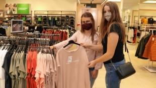 Lassen sich die Shoppinglaune nicht durch Maske verderben: Hannah und Victoria. (Bild: Christian Jauschowetz)