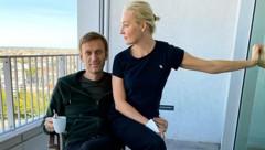 Nach dem Aufwachen aus dem Koma postet Alexej Nawalny täglich neue Bilder von sich. Diesmal ist auch seine Frau Julia an seiner Seite. (Bild: APA/AFP/Instagram account @navalny)